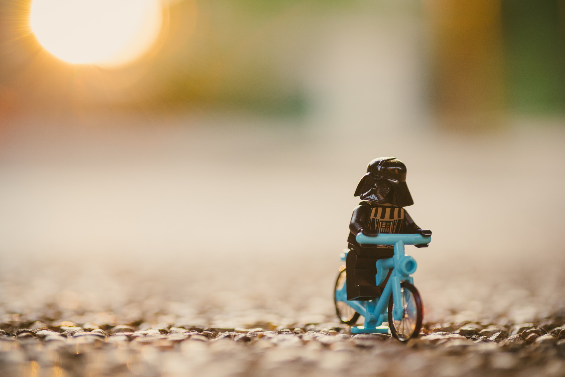 Darth Wader con casco en bicicleta.