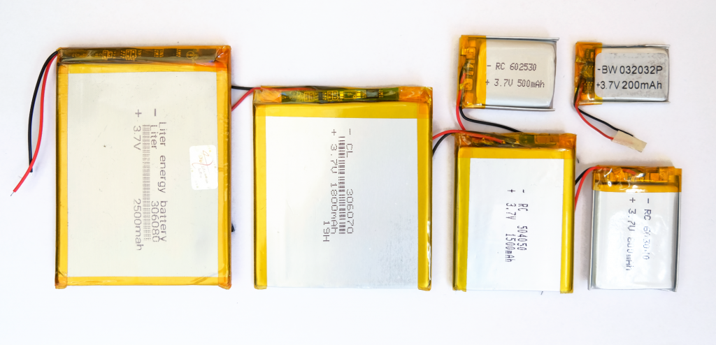 Picture with a set of LiPo batteries of different capacities and sizes. From left to right: 2500mAh, 1800mAh, 1500mAh, 800mAh, 500mAh and 200mAh.