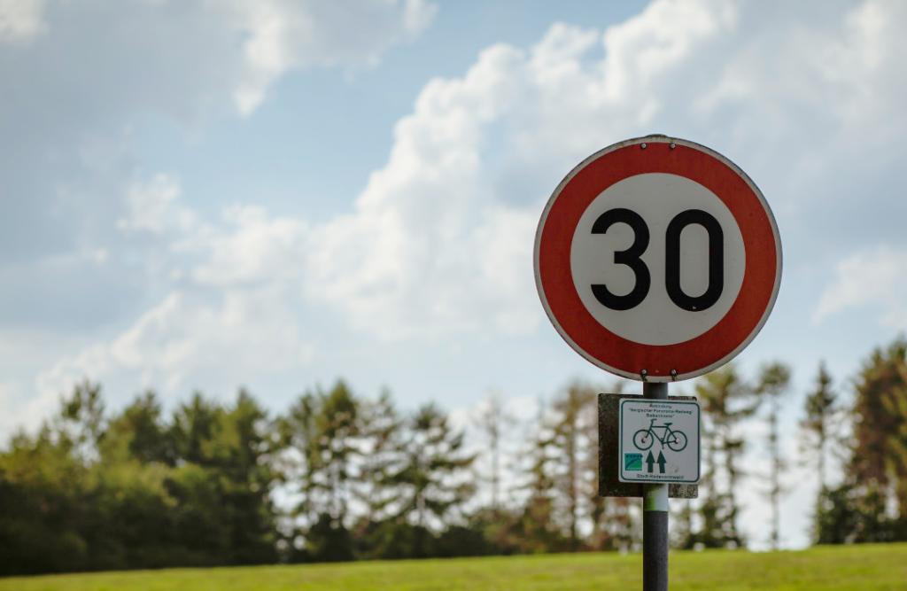 Señal con límite de velocidad de 30 km/h en una senda ciclista.